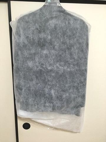 プラスキューブのスーツクリーニングは不織布