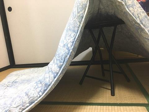 椅子で布団を支えて事後処理
